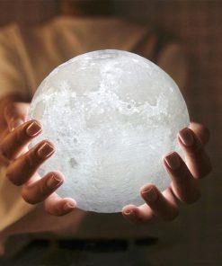 lampara luna 3d blanca sobre las manos de una chica en Mallorca
